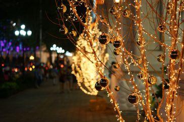 1024px-Đèn_trang_trí_Giáng_Sinh_trên_vỉa_hè,_Thành_phố_Hồ_Chí_Minh_2013